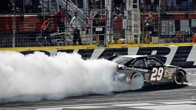 Kevin Harvick superó a Earnhardt en la vuelta final en la pista del Char...
