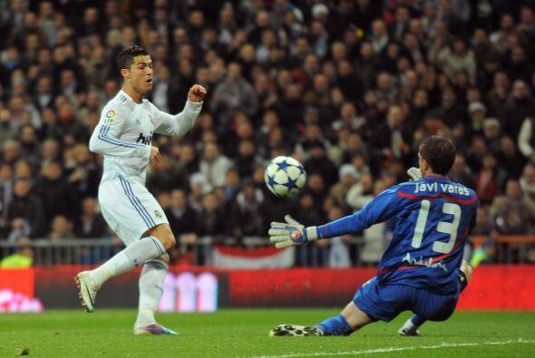 Cristiano Ronaldo tuvo una clara ocasión de gol, pero el arquero rival l...