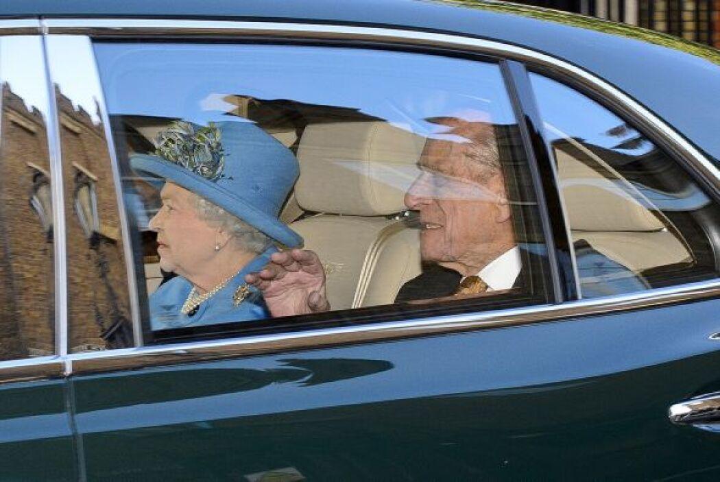 Puntual llegó la reina Elizabeth ll y el duque Philip de Edimburgo, para...