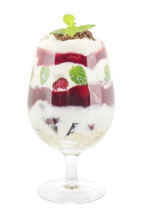 O bien, puedes ser una especie de nieve, congelas el yogur a punto de ni...
