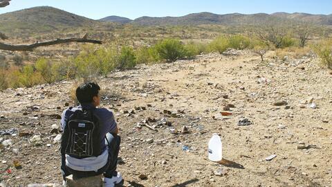Un inmigrante indocumentado se toma un descando en la frontera entre Méx...