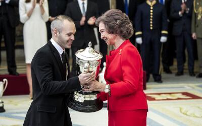Iniesta recoge el galardón 'Reina Sofía' en los Premios Na...
