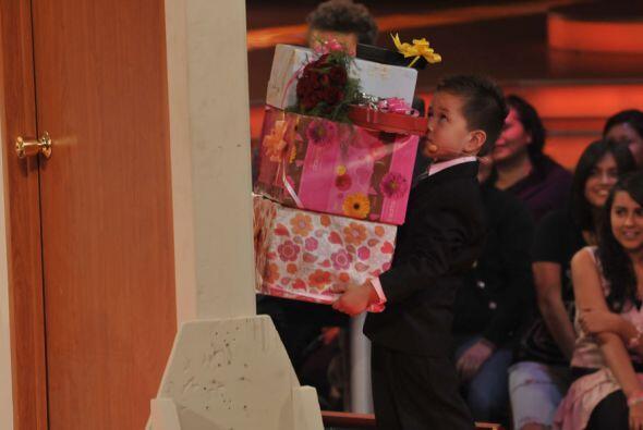 El pobre de Arturo apenas podía cargar los regalos que le llev&oa...