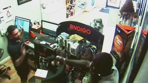 Un empleado evita que ladrones roben una tienda de teléfonos