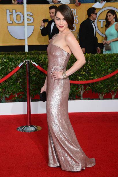 Metalizado y muy entallado fue el vestido de Emilia Clarke, con el que d...