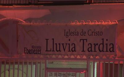 Hombre herido a tiros irrumpe en un servicio religioso en el sur de Los...