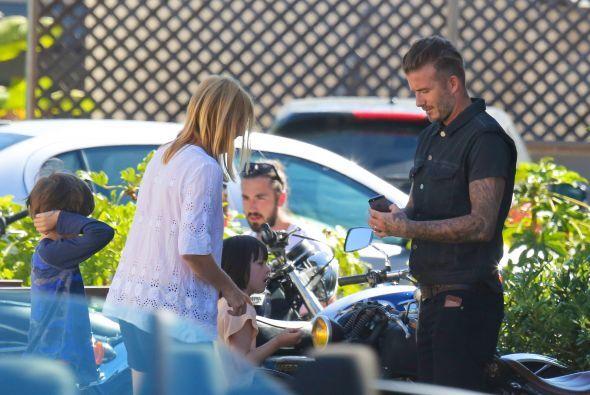 Beckham les firmó también autógrafos.
