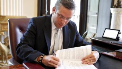 Gobernador firma ley (archivo)