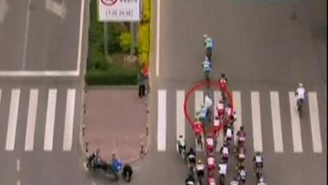 Peatón causa accidente en el Tour de Qinghai en China