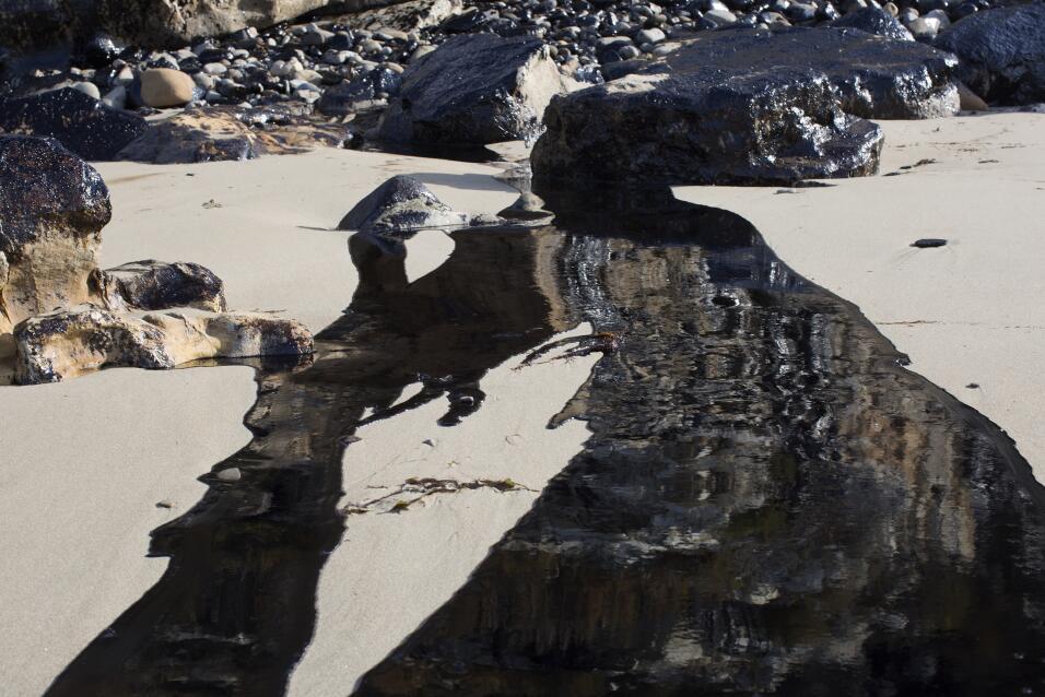 Más de 100,000 galones de petróleo mancharon la costa de California.