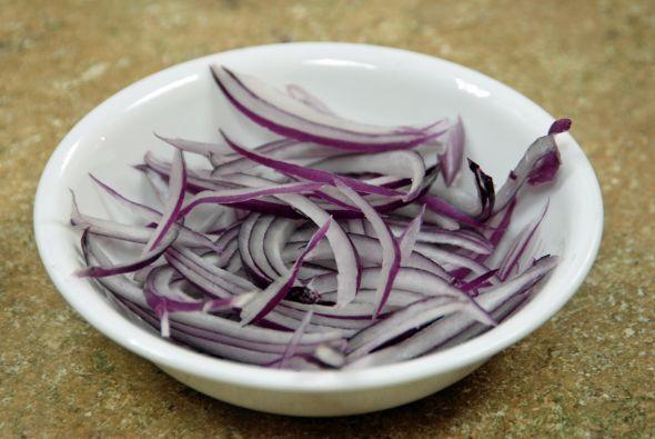En esta receta se incluye cebolla morada, cortada estilo Juliana.