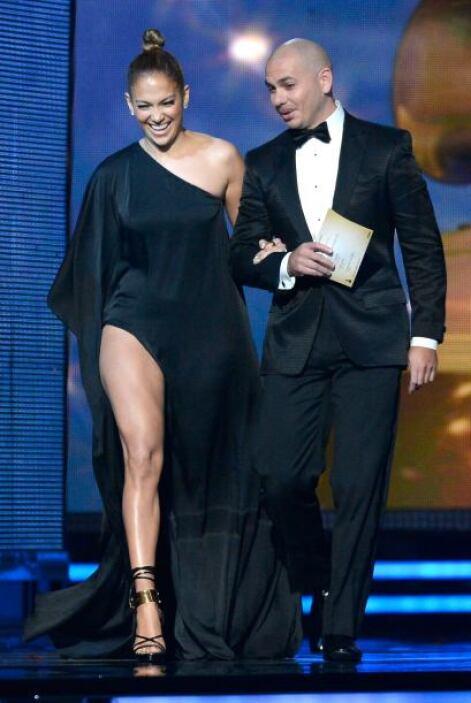 """Al presentar el premio a """"Mejor Actuación Pop Solo"""" junto a Pitbull, ell..."""