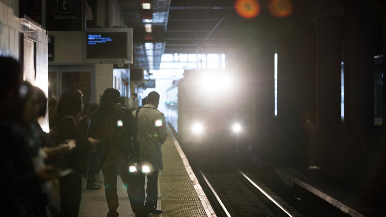 Pasajeros esperan por un tren en la estación de Secaucus Junction, en Nu...