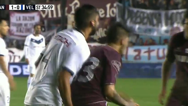 El jugador de Velez agredió a su rival de Lanús, Oscar Benítez.