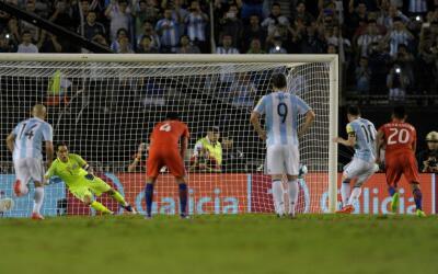 Lionel Messi anota el gol de la victoria ante Chile.