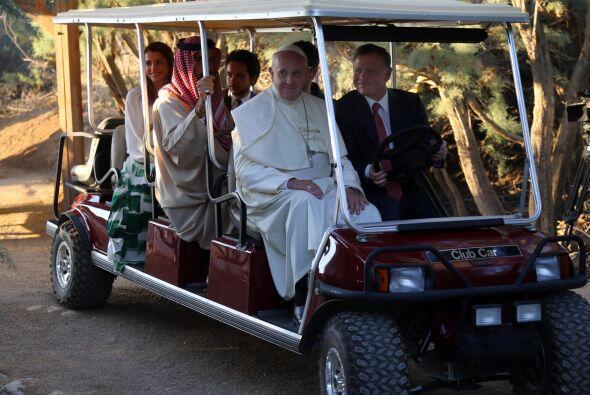 Aquí el máximo jerarca católico viaja en un carrito de golf junto al rey...