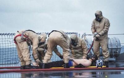 """Miembros de la tripulación de la fragata KNM """"Helge Insgtad"""" realizando..."""