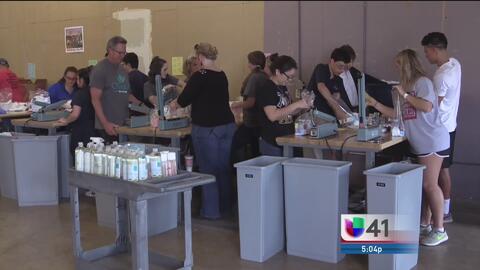 Voluntarios donan productos para víctimas de desastres naturales en San...