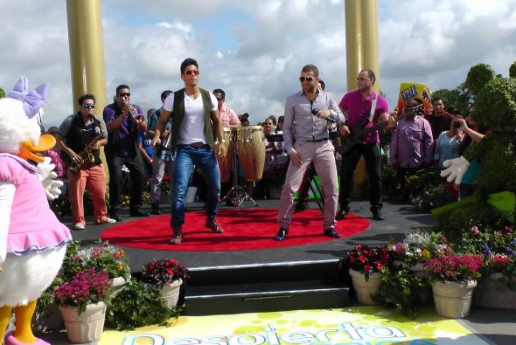 El popular dueto interpretó una romántica melodía titulada 'El Poeta'.