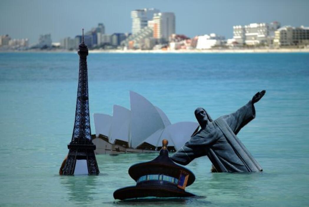 Algunos de los monumentos inundados fueron la Torre Eiffel de París, el...