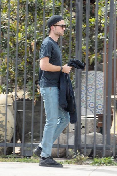 ¿Qué le paso a Robert Pattinson? Luce muy triste con ese l...