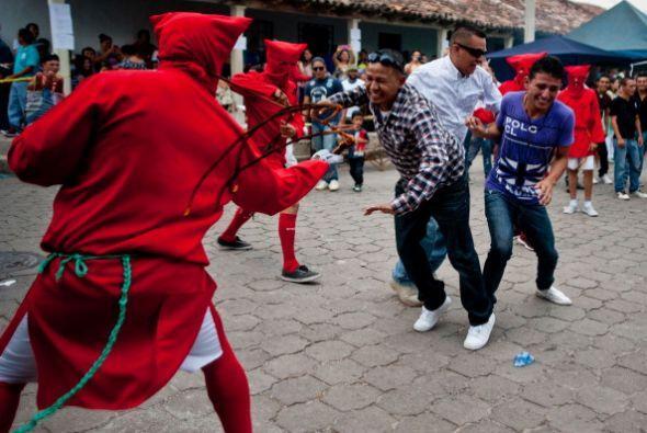 """Durante los festejos, los """"Talgucines"""" arremeten contra los fieles catól..."""
