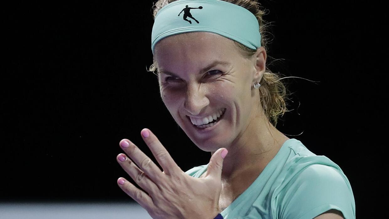 La tenista Svetlana Kuznetsova se corta el cabello en la cancha para gar...