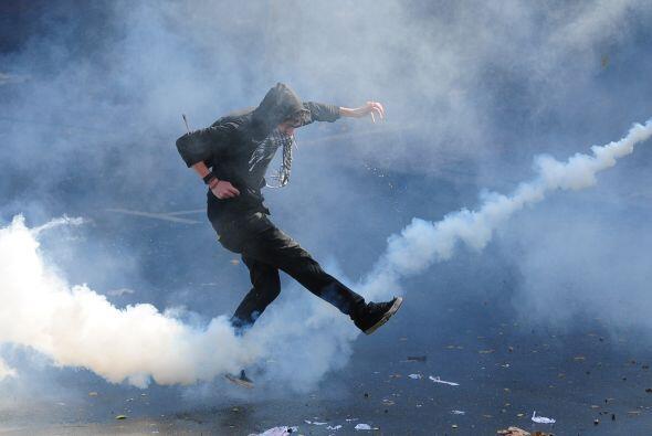 Los manifestantes protagonizaron disturbios tirando piedras y palos cont...