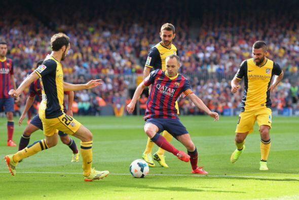 EL Atlético presionaba y el Barcelona, sin encontrar salida, perdía el b...