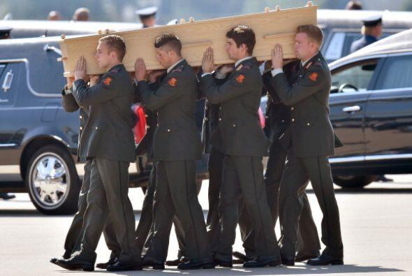Militares holandeses llevan los ataúdes durante una ceremoia en la base...