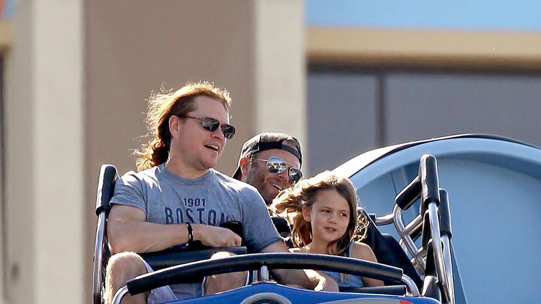 Matt Damon con su esposa e hijas en Disneyland.