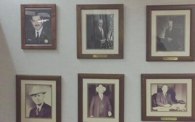 En el muro que exhibe los retratos de los exalguaciles del condado Harri...