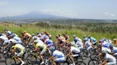 Vista al fondo del Volcán Etna durante el Giro de Italia.