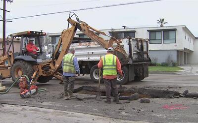 Un enorme agujero se abre en una carretera de Torrance