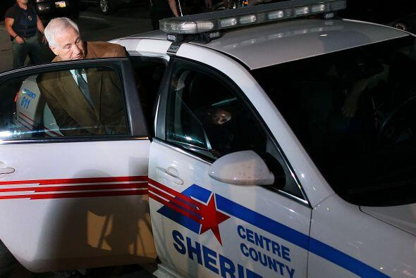 Sandusky no habló con la prensa antes de ser transportado a la cárcel, p...