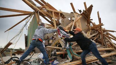 Comienzan a limpiar destrozos por tormentas en el sur de EE UU