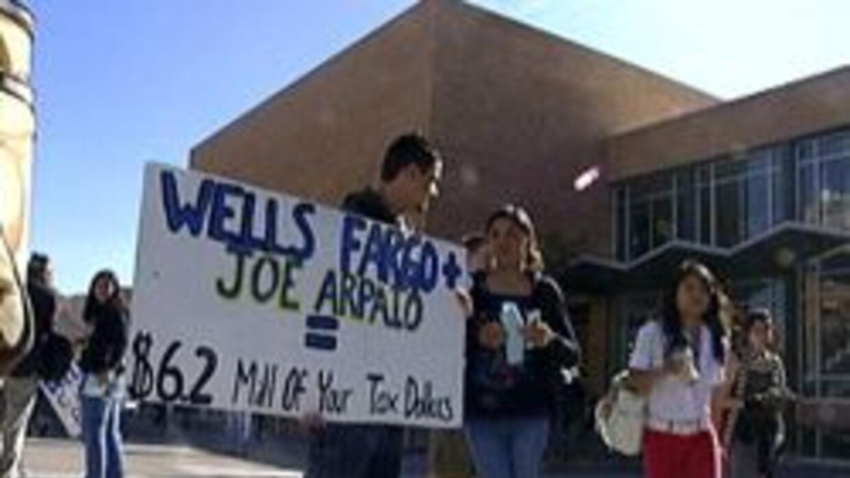Estudiantes protestando al frente de Wells Fargo