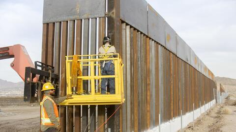 Trabajadores alistando detalles en el muro entre Estados Unidos y Ciudad...