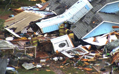 Bomberos en Elk City, atendiendo a los afectados por el paso del tornado