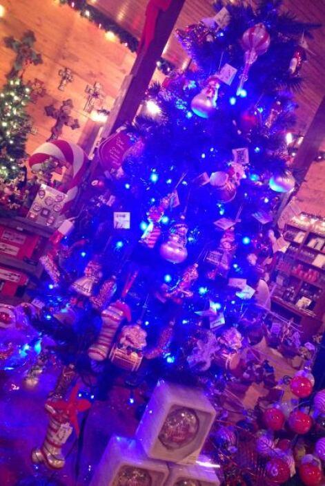 En la tienda de regalos, un hermoso árbol de navidad.