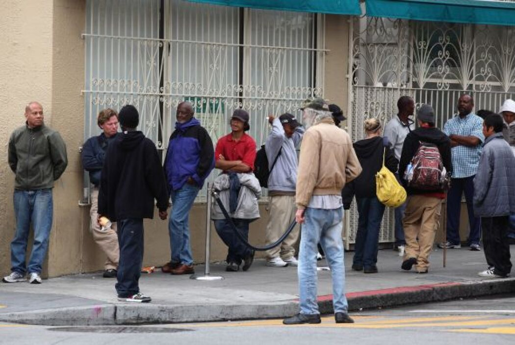 La caída en los ingresos ha llevado a que muchos jóvenes desempleados se...