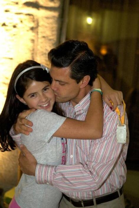 La pequeña Nicole, con su amoroso papá.  (Foto tomada de Facebook)