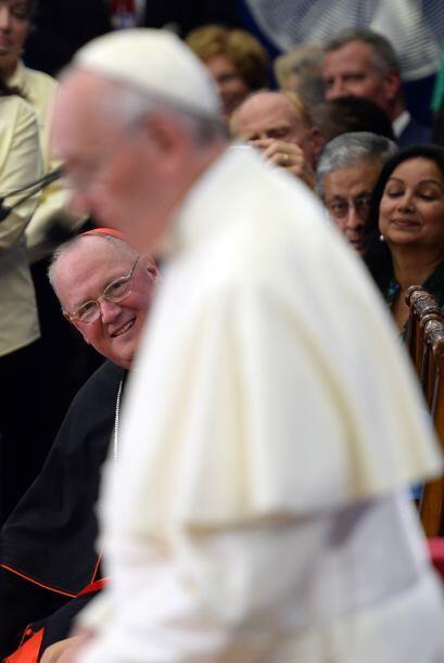 El cardenal Timothy Dolan observa con atención al Papa.