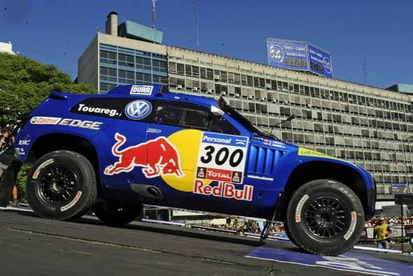 El Volkswagen Touareg del español Carlos Sainz salió a defender su títul...