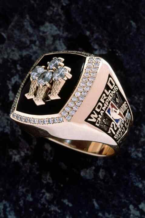El anillo de campeonato de Chicago Bulls 72 victorias fotografiado en el...