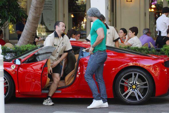Muchas veces lo hemos visto montado en su Ferrari. Más videos de...