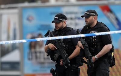 Oficiales de la policía, cerca del Arena de Manchester donde se p...