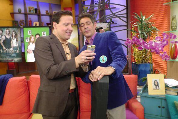 ¿Qué tanto estarán viendo? Raúl y Johnny se divierten detrás de cámaras.