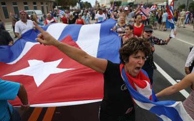 Las dos caras de la moneda 24 horas después de la muerte de Fidel Castro