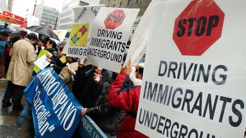 Realizan vigilias en Nuevo México para mantener licencias de conducir a...
